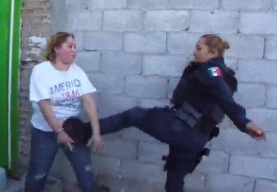 Video: Policía de Juárez patea a una mujer