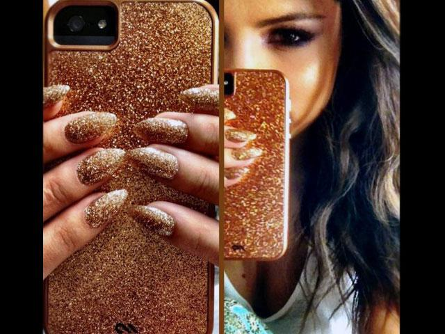Selena Gómez lleva la moda hasta en el móvil - Foto
