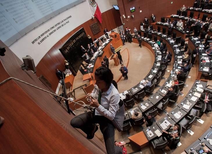 Protestante se cuelga en el Senado - Fotos