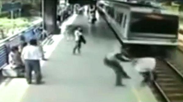 Video: Policía evita que suicida se tire a las vías