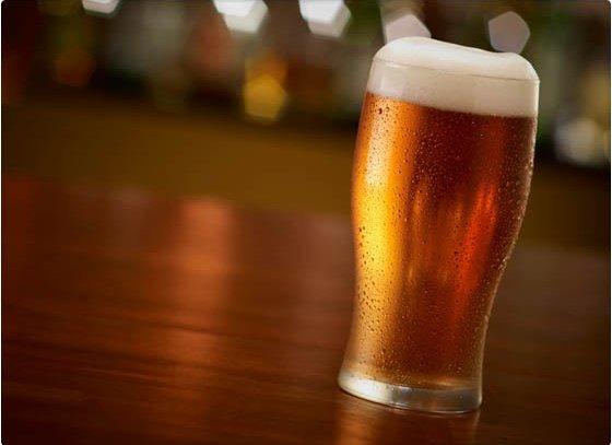 ¿Por qué la espuma de cerveza es blanca?