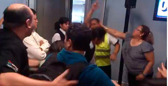 Video: Empleado de VivaAerobus es agredido por pasajeros