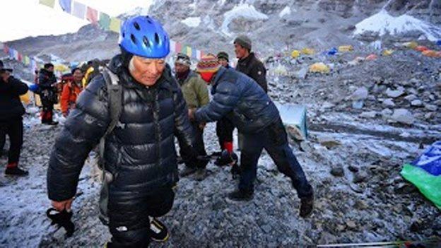 Abuelo de 80 años intenta conquistar el Everest