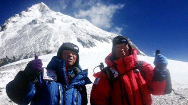 Abuelo de 80 años rompe récord al escalar el Everest