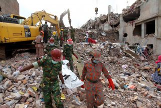 Bangladesh: Asciende a 922 los muertos por derrumbe