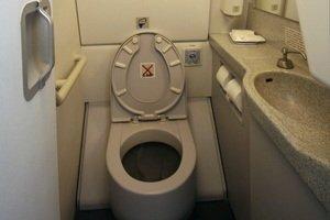 ¿A dónde van los desechos del baño del avión?