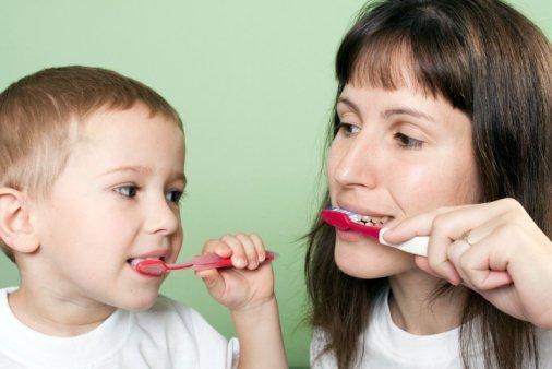 Cómo enseñar a tus hijos a cepillarse los dientes
