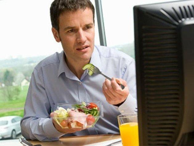 Los riesgos de comer frente al escritorio