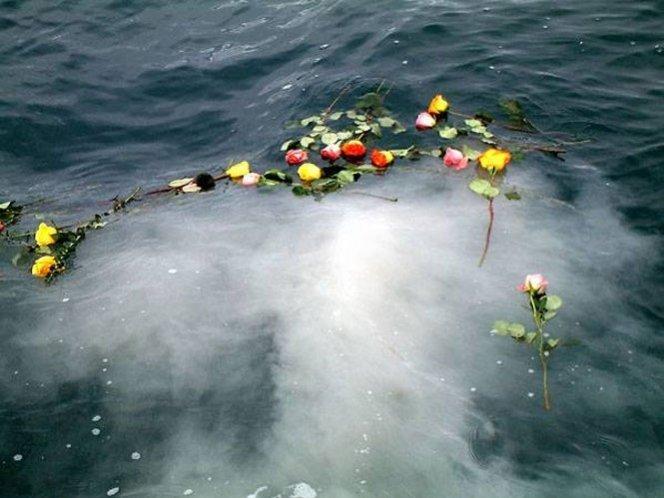 Murió ahogado al tirar al mar las cenizas de su esposa