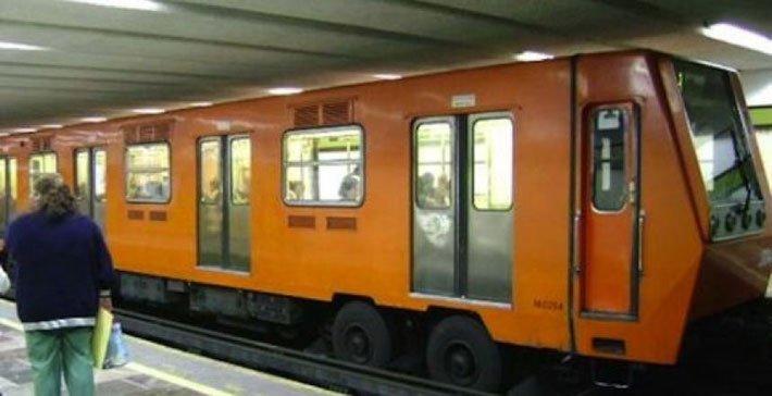 Adolescente discutió con su novia y se tiró a las vías del metro