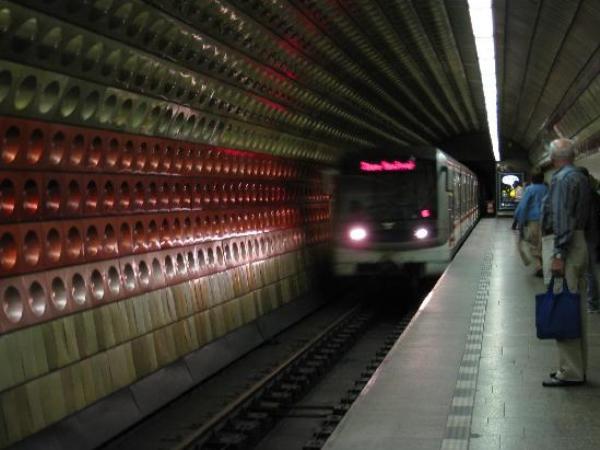Insólito: Habilitan vagón de metro para poder intimar