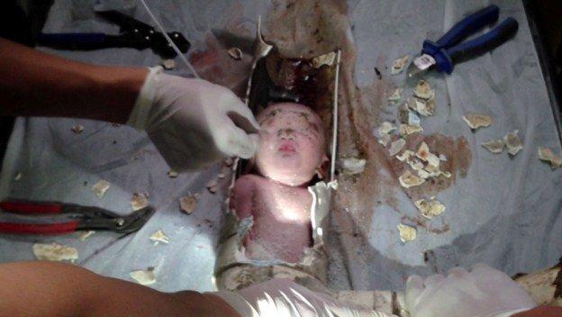 Rescatan a recién nacido que fue tirado al retrete - Video