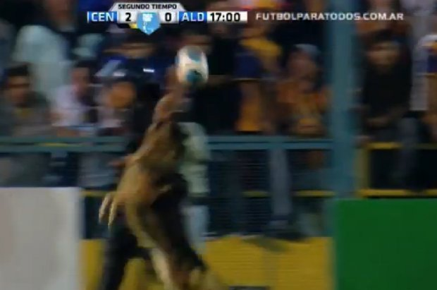 Video: Perro cabecea la pelota en pleno partido de fútbol