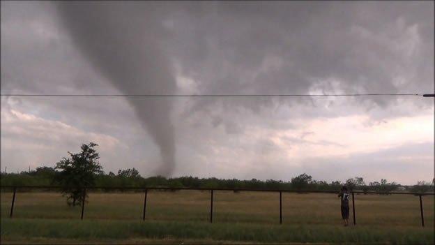Diez tornados en Texas dejan seis muertos