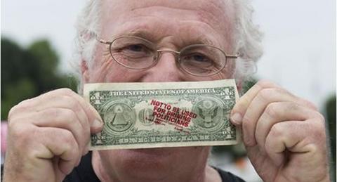 Millonario se manifiesta contra la corrupción regalando dinero
