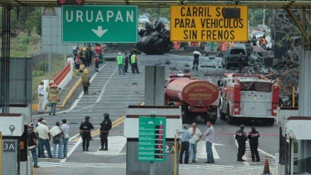 Choque de una pipa en Michoacán deja ocho muertos