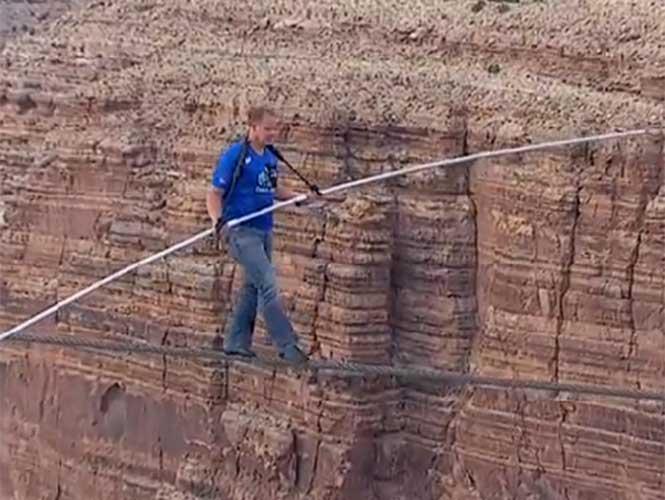 Video: Acróbata cruza el Gran Cañón en cuerda floja