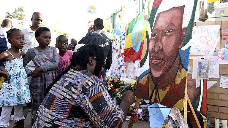 Nelson Mandela 'sigue crítico, pero ahora está estable'