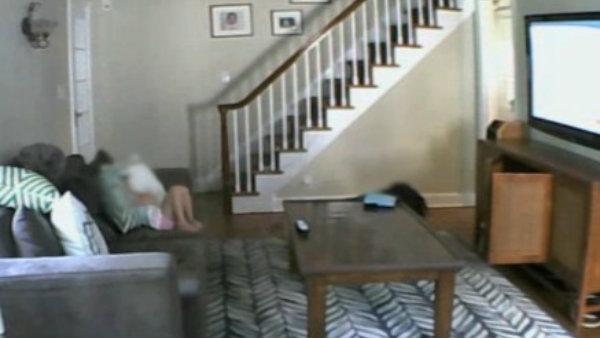 Video brutal: Asaltan y golpean a una mujer en su casa