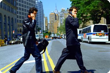 Los riesgos de caminar hablando con celular