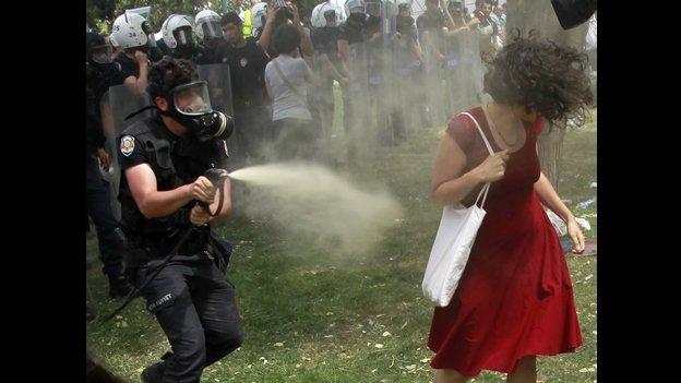 La mujer símbolo de las protestas en Turquía