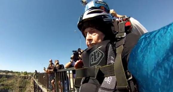 Video: Tiene 102 años y saltó en paracaídas