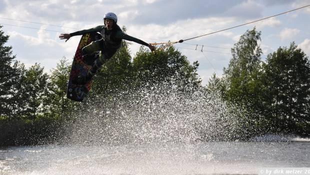 Video: Practican esquí acuático a mitad de las inundaciones en Europa