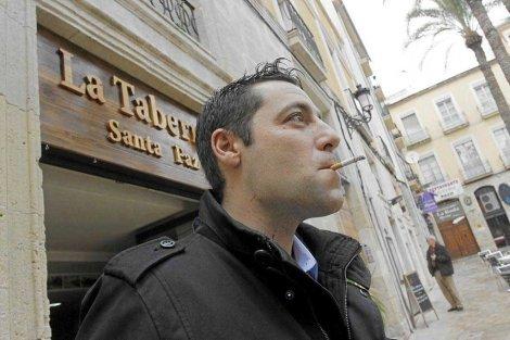 ¿Cuánto afecta fumar en la puerta de un bar?
