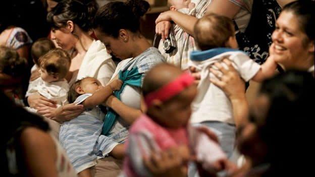 Mujeres venezolanas obligadas a amamantar a sus hijos