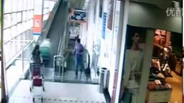 Video fuerte: mujer muere aplastada por carro de supermercado