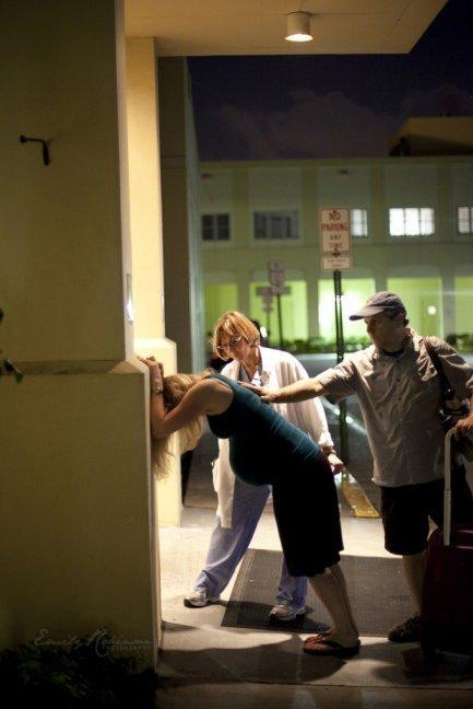 Fotos: Mujer da a luz en el estacionamiento del hospital