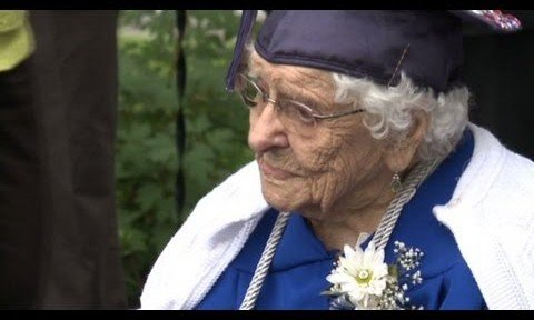 Abuela centenaria se gradúa de la secundaria