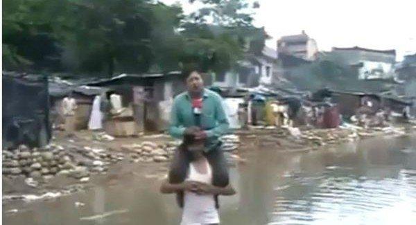 Video: reportero cubre inundaciones en India montado a un damnificado