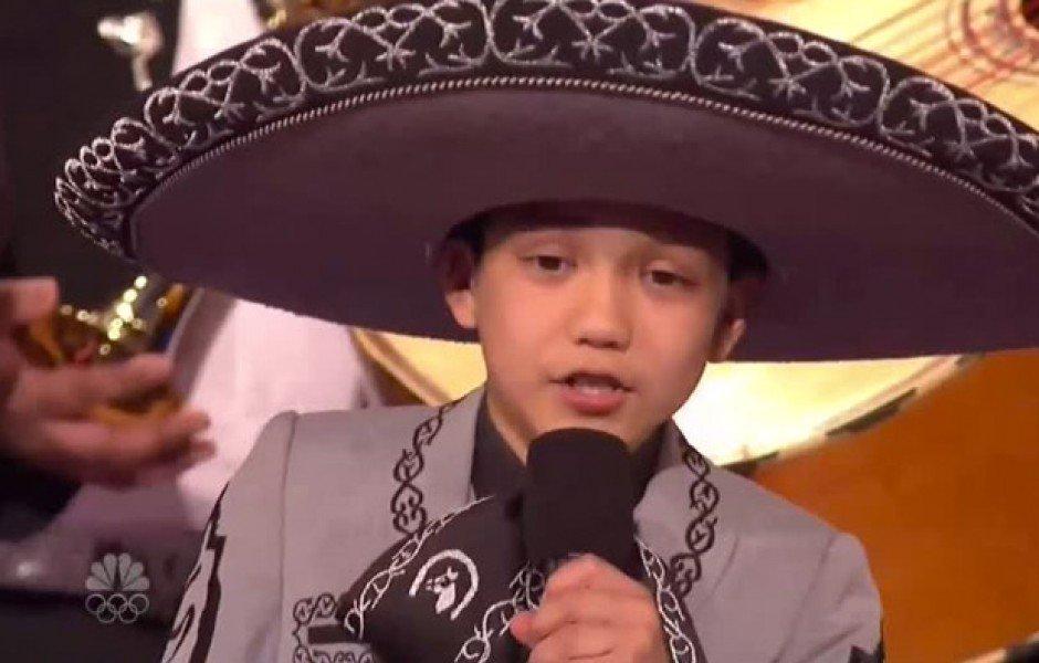 Video: Atacan a niño latino por cantar el himno de EU