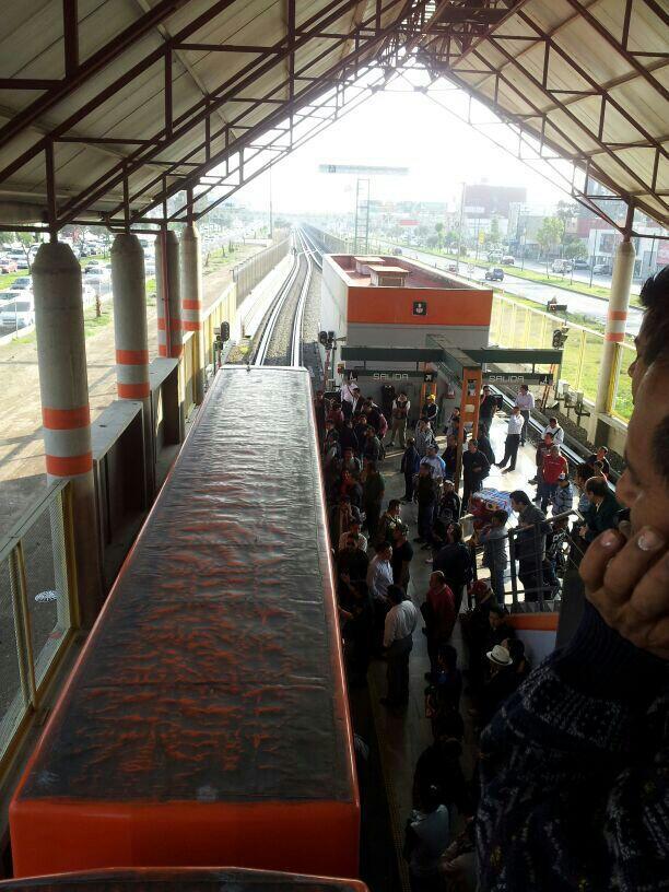 Mujer se tiró a las vías del metro en estación Nezahualcoyotl