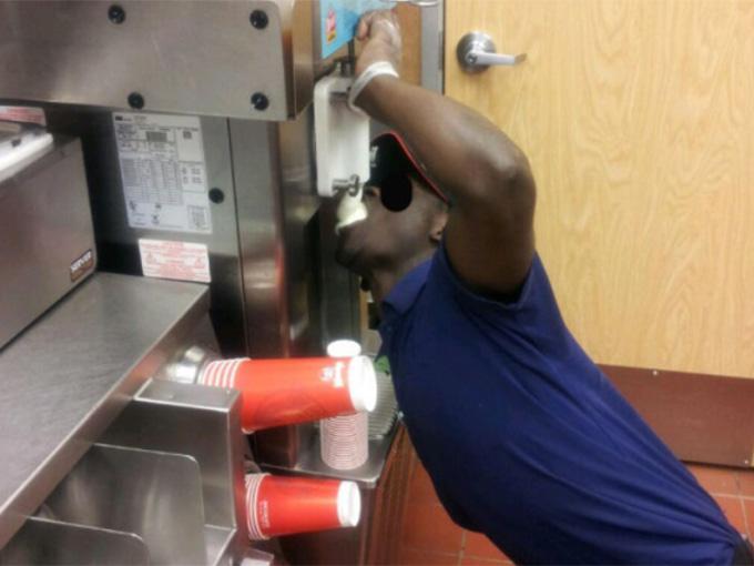 Foto: Empleado de Wendy's come helado directo de la máquina