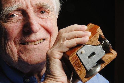 Murió Douglas Engelbart, el inventor del mouse
