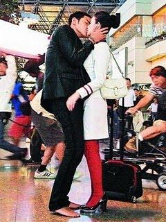 Insólito: aeropuerto limita tiempo para los besos de despedida
