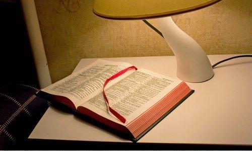 ¿Por qué en los cuartos de hotel hay una Biblia?