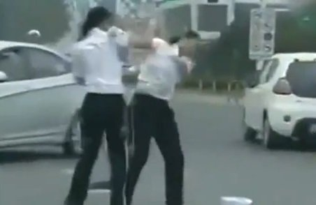 Video: Dos mujeres policías a las piñas en la calle