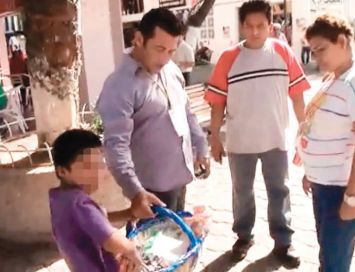 Video indignante: Funcionario degrada a niño que vende en la calle
