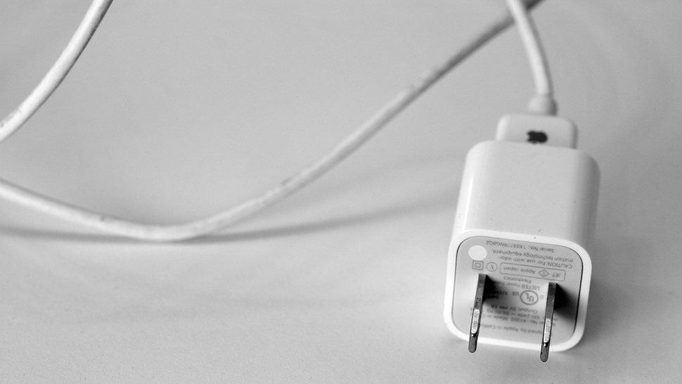 Un hombre está en coma tras electrocutarse con su iPhone