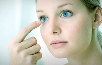 Lentes de contacto resisten al maquillaje y cuidan tus ojos