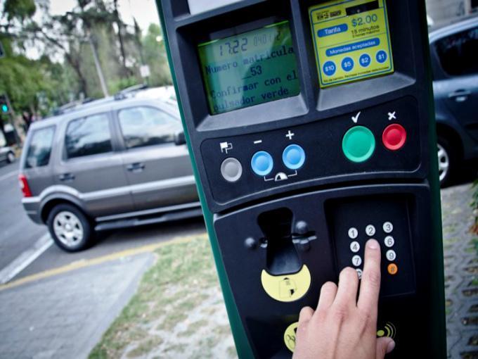 ¿Debe cobrarse el estacionamiento en las calles?