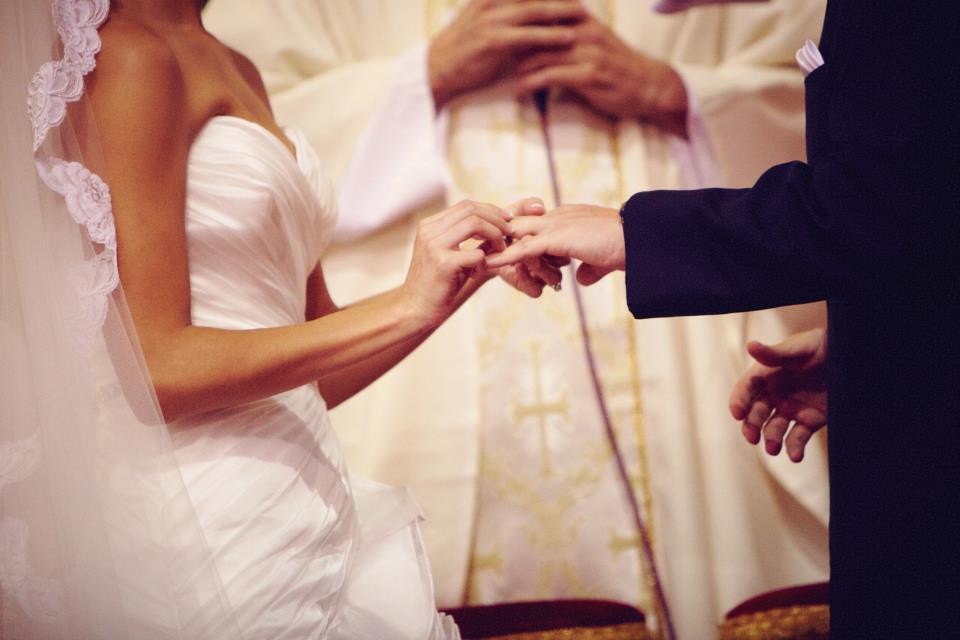 Insólito: votos matrimoniales incluyen tecnología 2.0