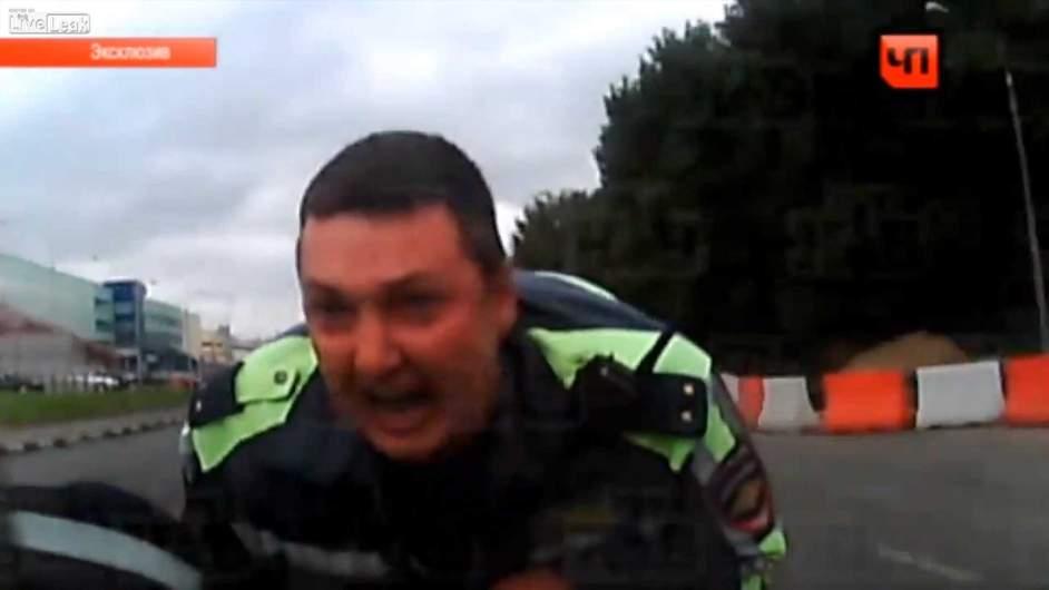 Video: atropella a un policía y lo arrastra por un kilómetro