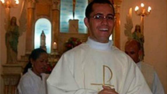 Polémica: sacerdote quiere casarse con la madre de su hija