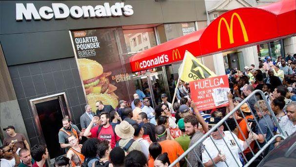 Empleados de comida rápida inician huelga por bajos salarios