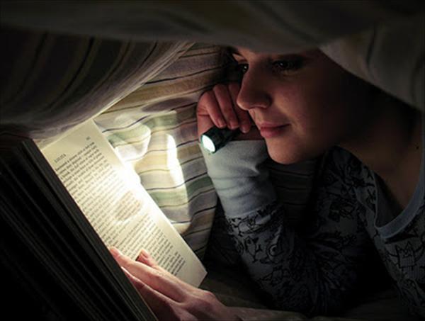 Cuán dañino es leer con poca luz