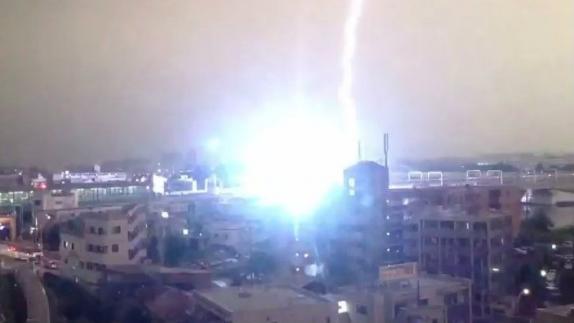 Japón: Rayo impacta sobre un tren - Video
